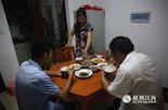 搬进了县城,陈星宇的孩子还享受到了教育福利——在县城的学校上课。每天傍晚,孩子下课,老婆下班后,一家人围坐在一起吃饭是最幸福的事。