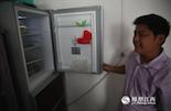 """今年过年,小陈还在网上买了台冰箱送给父母。他说,""""以前总是羡慕城里人家里有各种家用电器,现在全村人都走出了大山,日子也一天天地好起来。"""""""