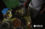 广西马帮在伙食方面有着自己独特的喜好,酸辣火锅加花椒是他们家乡最正宗的味道。对于干体力活的马帮来说,营养很重要,小李一般都会在锅里放筒子骨和牛肉,多吃肉补充体力。每天晚上这样一大锅菜,就是全家人的晚饭。