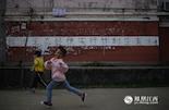 这张照片拍摄于南昌市高新区昌东镇,今后,这个印记将会越来越少。在中国实行独生子女政策37年以来,江西人口的出生率从27%降低到了13.28%。从2013年下半年开始,江西步随政策,允许单独家庭生育两孩。 2015年10月,十八届五中全会发布公报后,提出了全面放开两孩的政策。