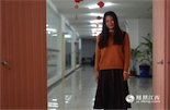 江涵,1995年出生,应届毕业生。江涵正在准备公务员考试,她想有一个暖男哥哥,倾听她生活中的苦恼,帮她排解找工作时遇到的压力。她出生的那一年,中国人口达到12亿。同年,9月1日起,《江西省人口与计划生育条例》正式施行。