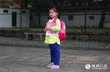 """孙荧鑫,2008年出生,小学生。孙荧鑫说,""""我不想要弟弟妹妹,因为他们可能会调皮;也不想要哥哥姐姐,这样爸爸妈妈会很忙。"""" 独生子女政策以来,""""意外失独""""成为许多家庭难以走出的阴影。在她出生的那一年,江西许多""""失独家庭""""开始在网络上建立联系,抱团取暖。"""