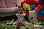 """2015年3月出生的女孩李心舸,几乎可以说是中国最后一代""""独生子女""""。她出生后的第七个月,十八届五中全会决定,全面放开两孩。至此,实施了30多年的独生子女政策正式宣布终结。对于要不要生第二个孩子,李心舸的父母很犹豫,因为在城市里养大一个孩子的成本太高。计划生育不仅改变了人口结构,也改变了一代人生养孩子的方式。"""