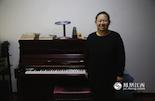 史佳乐,1979年出生,钢琴老师。史佳乐从小就特别羡慕有哥哥的同学,有人照顾,有人疼。在她出生的那一年,江西省对领取了《独生子女父母光荣证》的家庭,自领证之日起至独生子女14周岁止,发给儿童保健费每月4元。