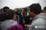 """随着14日央视即将直播海昏侯墓发掘工作的临近,杨队成了媒体的""""红人"""",忙着给记者们介绍和普及各种考古知识。"""