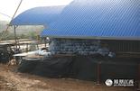 在海昏侯墓漆木器保护现场我们看到,出土的漆木器都泡在水中,旁边堆积了几十桶纯净水。管理人员表示,那不是普通的纯净水,而是去离子纯净水。他们每天要用数十桶去离子纯净水保护漆木器。因为担心一般的纯净水中的离子与漆木器发生反应,导致后续研究出现难题。
