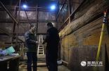 就在发现五铢钱的主椁室北藏阁考古现场,有一位操着北方口音的老人,几乎每天都在现场仔细勘察。他就是陕西省考古研究院原副院长张仲立研究员。这位63岁的老人也是本次驰援江西考古的顶尖专家之一。从今年年初起,他就以国家文物局专家组成员的身份来支援海昏侯墓的挖掘。