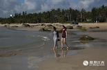 """在美丽的淇水湾,蔚蓝的天空下,碧波粼粼,布满青苔的礁石、柔软的白色沙滩相映成趣。此时,要是不跟大海来一次亲密接触,简直就是暴殄天物。当然,凤凰小伙伴们自然不会放过这么好的机会,来自青岛被大家叫作""""大长腿""""的张宏睿就在沙滩上秀起了她的美腿。她说,这里的海和家乡的完全不一样,淇水湾更蓝,更壮阔。"""