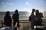 悠长的海岸线,蔚蓝的南中国海,身处博鳌的这一刻,凤凰全媒体采风团的成员都沉醉其中。来自东北辽宁的两个姑娘拿出手机,留下这美好的瞬间。