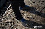 由于长期的长途跋涉,巡护员的鞋子消耗得最快。有人说,在鄱阳湖区的美景中漫步很浪漫,但对于巡护员来说更多的是责任。