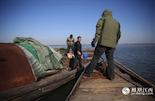 就在胡山林和李建新准备结束巡护的时候,有条从鄱阳县开来的渔船靠了过来。船上的人说,在两公里外看到有不法分子设置的天网。胡山林说,因为加大了整治力度,上一次在鄱阳湖区看到大型天网还是两年前的事了。