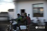 当天下午,大家再次集合准备出征,小缪带着装备坐着摩托车冲在了最前面。万站长说,这个刚来几个月的小伙子身上有自己当年的影子。