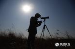 画面中这些带着望远镜和照相机的人,并不是普通的摄影爱好者。每天都在鄱阳湖中穿行的他们,就是这次故事的主角——鄱湖候鸟人。江西鄱阳湖南矶湿地国家级自然保护区管理局南山管理站是离南昌市区最近的一个候鸟管理站。在这里驻扎着6位巡护员,都是纯爷们,平均年龄不到30岁。摄影师跟随他们深入鄱阳湖的核心地带,开始了一次护鸟之旅。