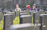 在控制城市pm2.5的措施上,南昌于去年开始全面禁止在清明、冬至两节日,燃放鞭炮和焚烧祭物。图为,2014年清明南昌市民手持鲜花祭奠亲人。
