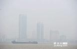 """2014年10月13日,南昌空气质量实时监测数据达到了383,为严重污染级别。当天监测数据显示,早上7时南昌的实时空气质量指数(以下简称""""AQI"""")为383,创下南昌当年1小时峰值的纪录在全国75年城市中排行倒数第一,成为当时全国空气质量最差的城市。"""