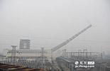 PM2.5贡献榜第三名的是燃煤,其贡献率为13.1%,江西省的电力供应主要还是依靠火力发电。但随着环保意识的加强,一些效率低,污染高的发电企业开始迁出市区。图为,在南昌市区的七里街电厂的大烟囱在2013年被拆除。