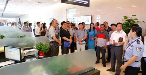 参观出入境接待大厅的境外人员居停留证件受理区