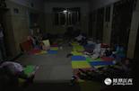 """在江西省儿童医院住院部二楼的电梯大厅外,铺满了十几床地铺,挤满了来自全省各地的儿童患者和他们的家长。为了更好地照顾孩子,更为了节省费用,他们都选择在医院走廊里席地而睡,他们因此被戏称为医院""""睡客""""。"""