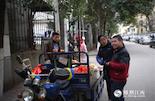 几年前,因为拆迁而搬了家,但魏俊至今仍不习惯新家,还是喜欢乘坐公交车去以前家附近的公交站,再走路回来。虽然已经23岁,但他的心智仍然是像个小孩。