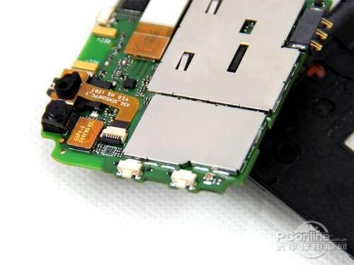 主板背面特写,可以看到主摄像头,音量增减键,耳机孔,usb接口,sim卡槽