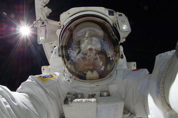 一周太空图片精选:太空行走玩自拍