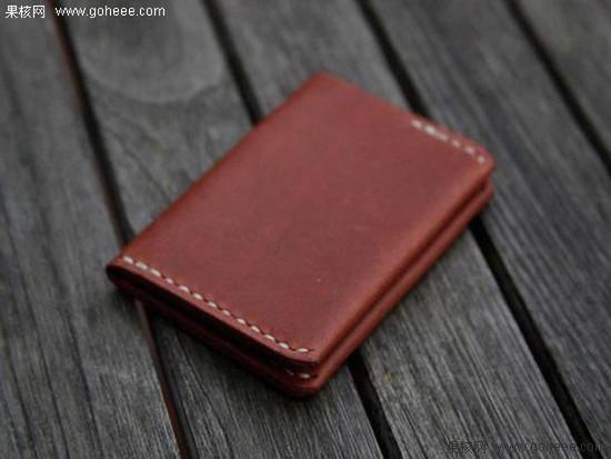 这款钱包采用对开式的折叠设计,有两个放置银行卡的卡槽和两个钞票的口袋,此外还有放置单据等物品的袋子。最重要的是这款钱包的表皮采用高级牛皮制造,并在牛皮表面涂上了一层蜂蜡和牛蹄油,这也使得钱包的寿面大大增强。