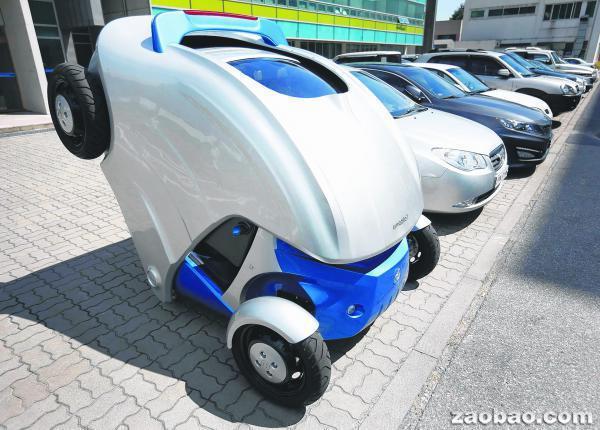 Armadillo-T车子可折叠,还可在停车状态下旋转360度,非常节省空间。