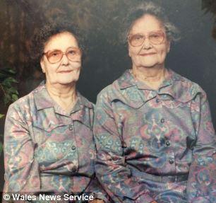 双胞胎姐妹马乔里和威妮弗蕾德81岁时的合照。