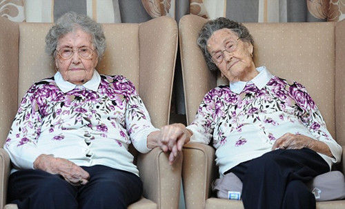 马乔里和威妮弗蕾德一起在威尔士庆祝她们的百岁生日。