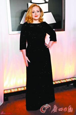 在格莱美颁奖典礼现场上,阿黛尔也进行了她在声带手术后的首次演唱