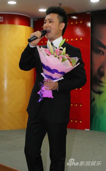 空政歌手刘和刚发新专辑 与歌迷现场PK歌艺(图
