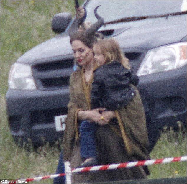 安吉丽娜 朱莉孩子们片场探班 助理帮打伞显大牌气