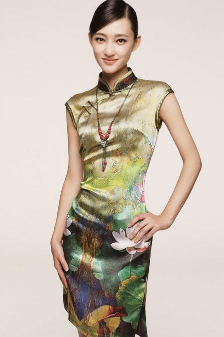 华丽的荷花图案旗袍,秀出王丽坤的曲线身材
