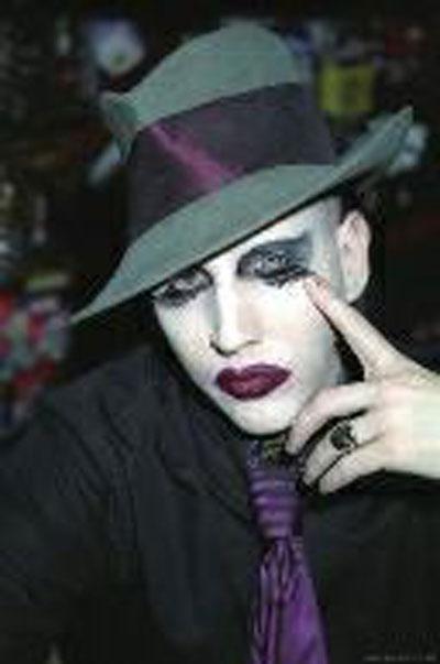 张根硕 何炅/美国摇滚乐队主唱玛丽莲曼森,眼线成为标志性特点