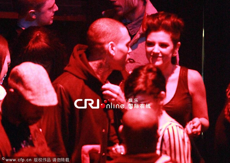 克里斯情人节撇蕾哈娜夜店放纵 醉拥性感辣妹