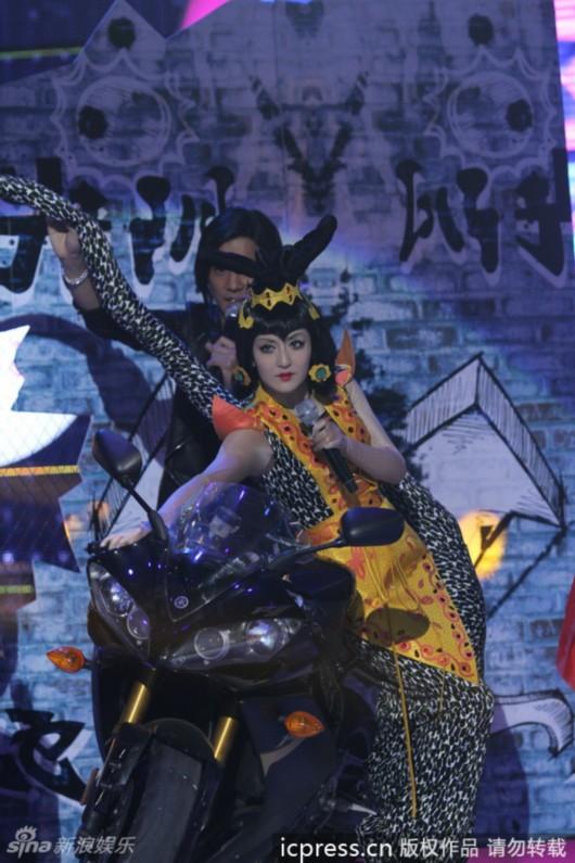 谢娜模仿葫芦娃里面的蛇精,金甲上身妖媚扭腰.东方ic