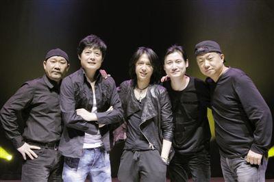 左起:贝司手王文杰、吉他手李彤、新主唱张淇、键盘手惠鹏、鼓手赵明义。