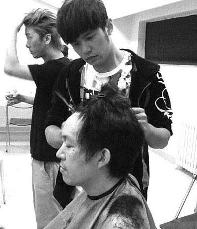 周杰伦为工作人员设计发型自曝剪发减压图片