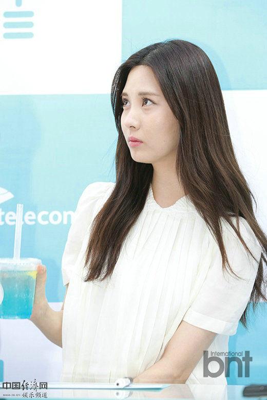 少女时代徐贤出席品牌活动签名会