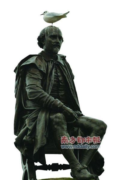 莎士比亚雕像上,有小鸟憩息.