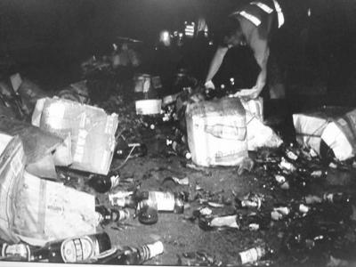 海口:面包車高速路爆胎撞護欄 100箱啤酒碎了一地圖片