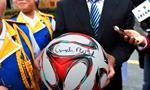 默克尔访合肥农村小学 赠小女孩签名足球