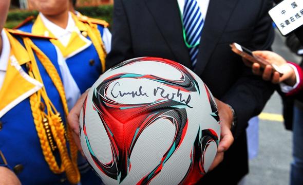 默克尔访合肥农村小学 赠小女孩签名足球(图)