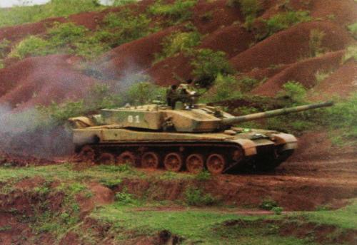 99改式主战坦克视频_防务短评:99式坦克炮管晃动 说明炮控不过关?_军事频道_凤凰网