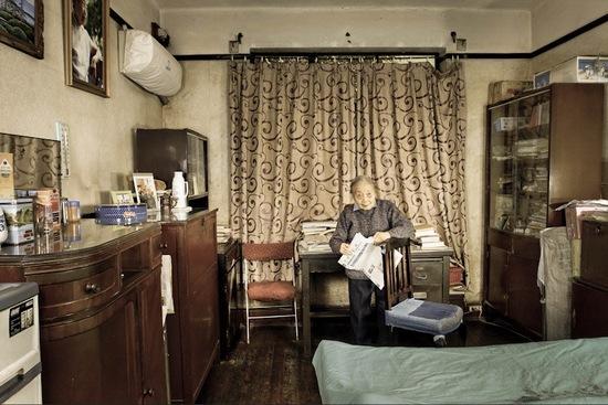 《清朝遗人》作品本是2011年徐平所做的中国百岁老人调研活动产物,此图为生于1910年的姚罗洪,作家。 昨天, 获得2012上海国际摄影节国际邀请展新锐作品奖的清朝遗人系列作品在上海图书馆展出,顾名思义,清朝遗人即为出生于清朝末年1912年的百岁老人,而这些摄影作品以他们为表现对象,通过老人们的表情、姿势、体形、服饰、生活习惯等具体细节为视觉元素,探寻历经了从清朝灭亡到中国当下社会跌宕百年的社会心理构造。