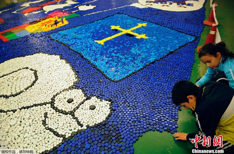 西班牙小學生數萬瓶蓋拼出色彩斑斕卡通畫圖片
