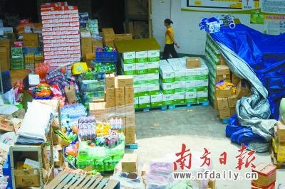 赢之城某大型超市露天摆放大量货物