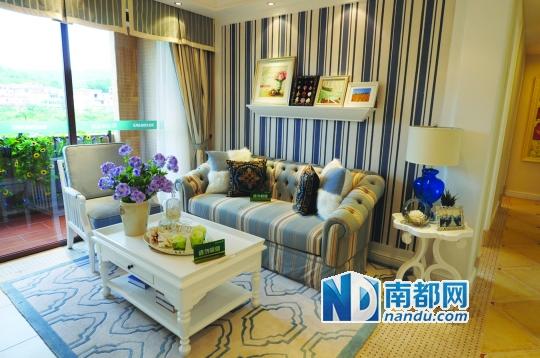奧園春曉樣板房頗有小清新范。 優居 之 創意板房 樣板房戶型:林語軒90平方米三房兩廳 蔚藍色的浪漫情懷,海天一色,艷陽高照的純美自然。地中海風格的奧園春曉90平方米的樣板房就給人這種感覺。 90平方米不僅有三房設計,還有6.5米闊景陽臺,臥室皆有落地飄窗,窗外就是山、林、園景。客廳還帶入戶花園,保障通風采光的同時,加大了實用空間。 此戶型屬于兩梯四戶設計,樓距超寬,而且南北對流,主臥飄窗和次臥陽臺皆朝南,兒童房飄窗朝東,有效保障了入住者的舒適度。同時,洗手間分布在臥室的另一旁,動靜分區合理;U型人性