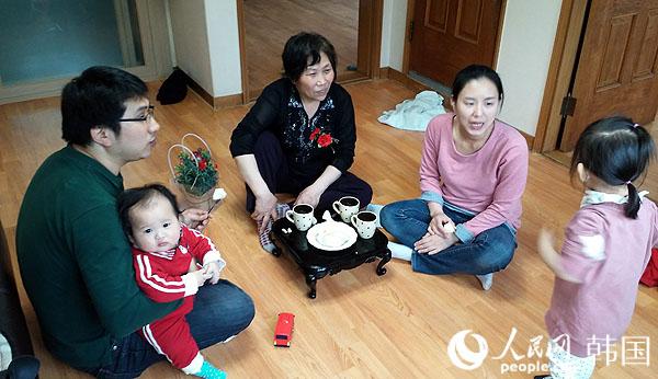 一家人欢聚一堂,其乐融融.(摄影:裴埈基)