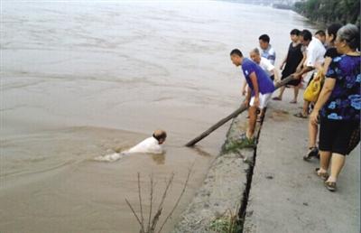 农村老人悼�z#���_老人意外落水 岸边众人施救